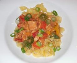 Paprika-Hähnchen-Geschnetzeltes zu Bandnudeln