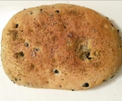 Focaccia mit schwarzen Oliven