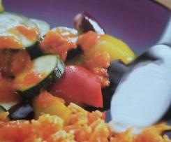 Gemüseplatte mit Reis und Joghurtsauce