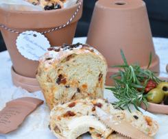 Mediterranes Brot im Tontopf