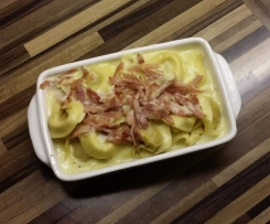 Tortelini in Schinken-Sahne-Sauce mit Käse überbacken