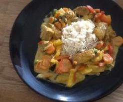 Variation von Kokos-Hähnchen mit Gemüse und Reis