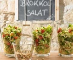 Variation von Brokkolisalat mit Pinienkernen