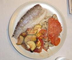 Forelle in Salzkruste mit mediterranem Ofengemüse, Wildreis und Tomatensauce