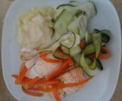 Kartoffelbrei mit Lachs und Gemüse an Hollandaise