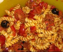 Nudelsalat mediterran, rot, vegetarisch