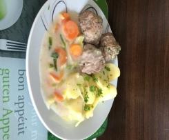 Hackbällchen mit Karotten-Lauch-Gemüse und Kartoffeln