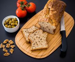 Französisches Brot mit Oliven und Ziegenkäse