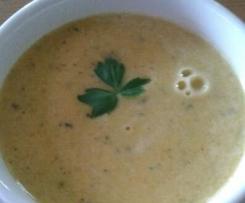 Karrotten-Zucchini-Ingwer-Suppe mit Kräuterfrischkäse