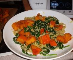 Warmer Quinoa-Spinat-Salat mit gebackenem Hokkaido-Kürbis (vegan, glutenfrei, laktosefrei, gesund, lecker)