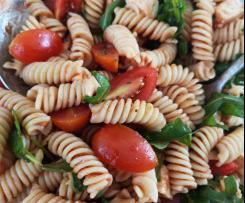 Tomatiger Tomaten-Mozzarella-Nudelsalat