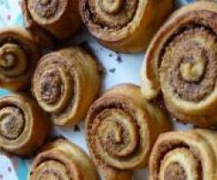 Variation von Cinnamon Scrolls (Zimtschnecken): mit Haselnüssen