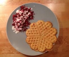 Leichte Kartoffelwaffeln mit Rote Beete im Joghurtbett