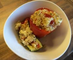 Mit Couscous gefüllte Paprika und Zucchini