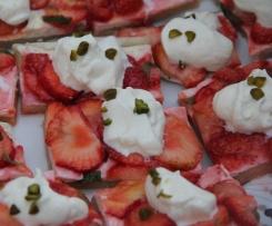 Erdbeerflammkuchen mit Pistazien Kurkuma-Sahne