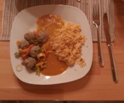 Hackfleischbällchen mit Paprikagemüse, Reis und Tomatensoße