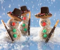 Schneemänner aus weißer Schokolade und Kokosflocken