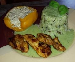 Vegetraisch gefüllte Paprika mit Reis und Basilikumsauce