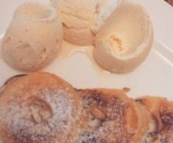 Apfelringe in Teigmantel an Vanilleeis