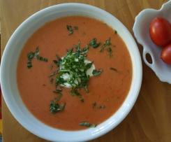 Kalte Tomatensuppe mit Aperol und Limetten-Creme-Fraiche