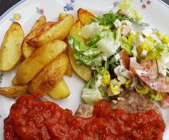 Bifteki mit Tomatensoße, Kartoffelecken und Salat