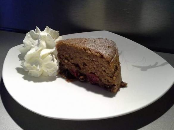 Saftiger Rotweinkuchen Mit Kirschen Haselnussen Und Schokolade