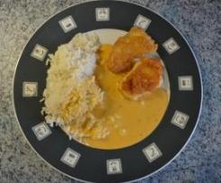 Variation von Parmesanschnitzel (Emmentalerschnitzel) mit Reis und Paprikarahmsoße