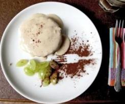 Eiskalte Bananencrème auf süßer Mandelbutter und Biskuit