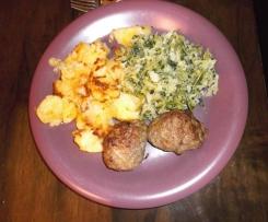 Variation von Rahmwirsing mit Ofenfrikadellen und Ofenkartoffeln