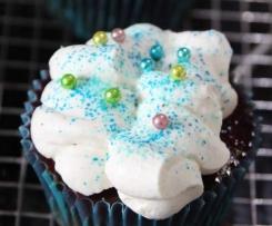 Schoko-Nuss-Cupcakes mit Himbeeren und Schmand-Topping