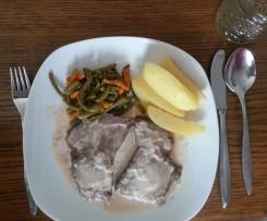 Sauerbraten an Salzkartoffeln und Bohnen