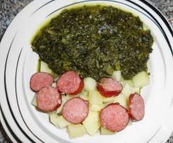 Variation von Grünkohl-Eintopf mit Mettwürstchen und Kartoffeln