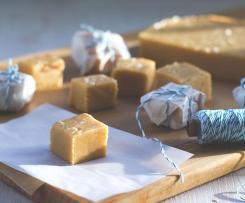 Salzkaramell-Fudge mit weißer Schokolade