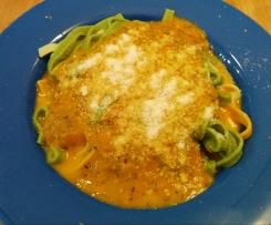 Bunte Bandnudeln mit Tomate Mozzarella Sauce