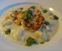 Blumenkohl-Käse-Suppe mit Petersilien-Pesto
