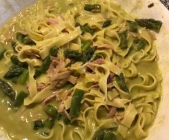 Grüner  Spargel mit Kochschinken und Tagliatelle