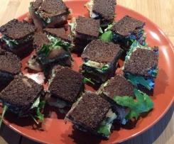 Sommerliche Brotzeit ( Pumpernickel mit Pesto/Frischkäseaufstrich/ Lachs