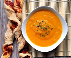 Karotte-Orange-Ingwer-Suppe mit Dinkel Vollkorn Pizza Baguette Vegan