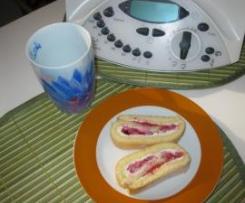 Leichte Biskuitrolle mit Mandel-Erdbeer-Füllung