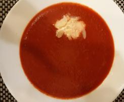 Rote-Beete-Suppe mit rohen Zutaten
