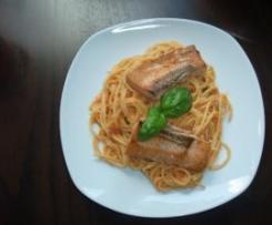 Lachs mit Tomaten-Paprika Spaghetti