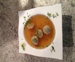 Suppe mit feinen Semmelklößchen