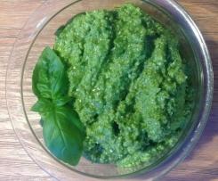 Grünes Pesto mit Walnüssen und Feta