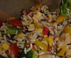 Blätterteigsäckchen mit Gemüsemix-Wildreis-Füllung und Kräutersoße