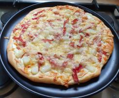 Pizza Bianca mit Spargel und gekochtem Schinken