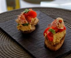 Dattel-Curry Pinxtos mit Paprika und Jamon Serrano