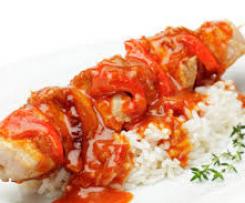 Fleischspieße mit Reis und Schaschliksoße (Bayerisches Heft)