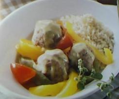 Hackbällchen mit Reis, Paprika und Currysauce
