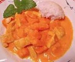 Gerrys geschnetzelte Hühnchenbrust an Curry-Soße mit gebratenen Bananen und Ananas